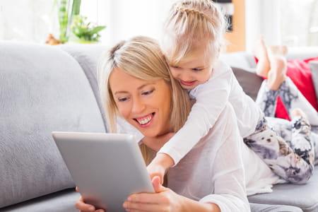 Maman enfant ordinateur